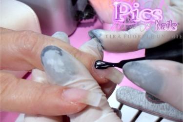 applicazione smalto semipermanente colorato ritocco unghie