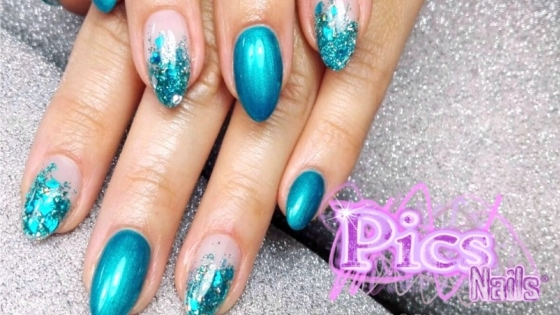 Gel Unghie Color con Decorazione Glitterata e Gel Color Blu Metal su Unghia