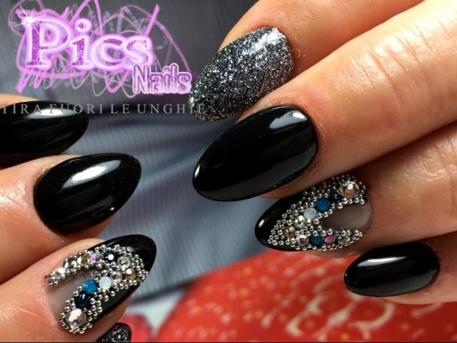 nail art nere con perline